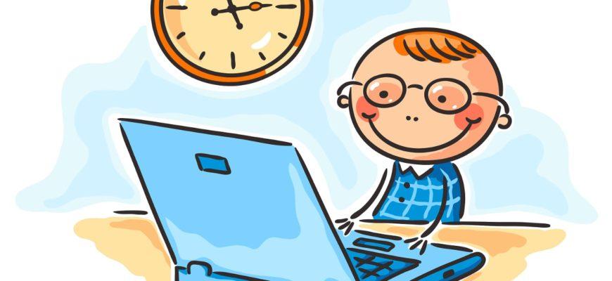 Маленький мальчик сидит за ноутбуком. Какие есть новые, современные загадки для детей.