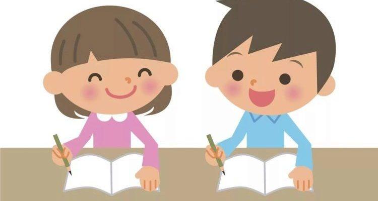 Дети с тетрадками. Какие загадки про тетрадь подойдут детям.