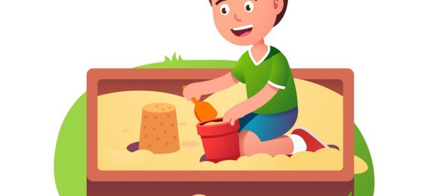 Мальчик играет в песке. Загадки про ведро.